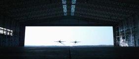 Ils pilotent leurs avions à travers un hangar !! Des malades !!