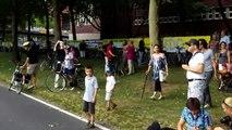Ausgeflippter Inlineskater stösst Radfahrer gegen einen Baum (Still-Leben A40 Dortmund)