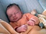 Bébé: réveil en douceur. Trop mignon !!!
