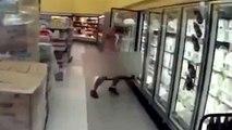 Un taré complètement nu court dans Walmart en se versant du lait dessus