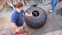 Regis fait exploser un pneu en essayant de le réparer