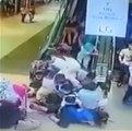 Un escalator part soudainement en sens inverse et fait tomber tout le monde (Malaisie)