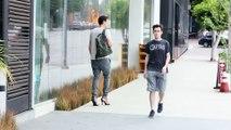 Un homme marche toute une journée avec des chaussures à talon haut - Souffrance