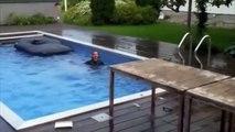Un plongeur amateur, très très amateur : gros fail dans la piscine