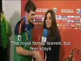 (English CC) Iker Casillas kisses his girlfriend on interview