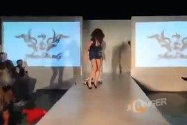 Caidas y golpes de modelos Videos de modelos en pasarelas