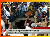 Venezuela, Opositores estudiantes manchan Bandera Nacional con sangre animal en Valencia Carabobo