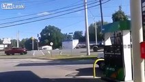 Des débiles paradent en camion avec le drapeau des confédérés et bim! ACCIDENT