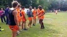 Poignée de main magique d'une équipe de rugby