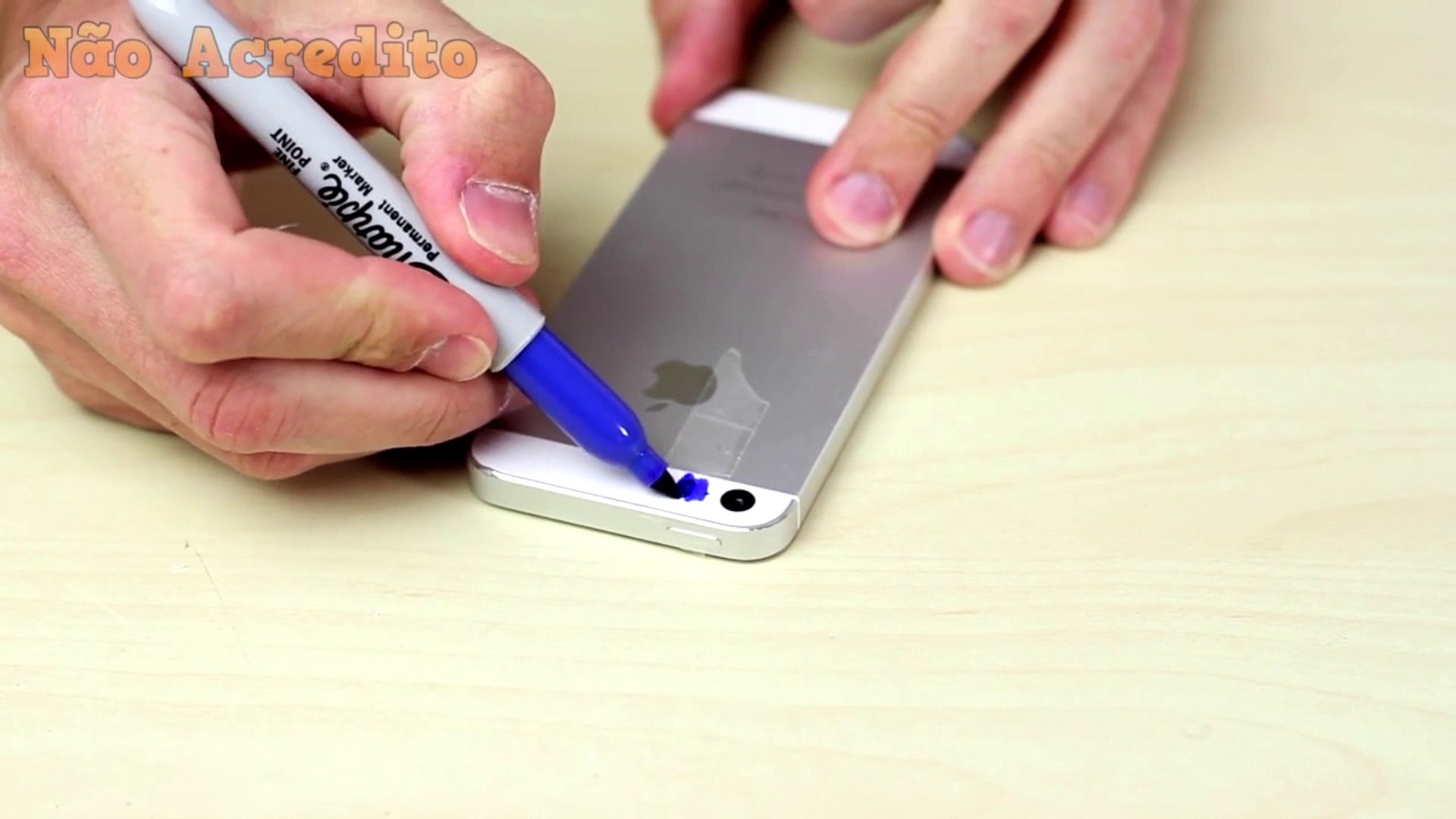 Ele cola durex no seu celular e pinta com cores escuras. O que ele vê em seguida é nojento.
