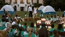 Le câlin d'Obama à des jeunes scoutes américaines sur la pelouse de la Maison Blanche