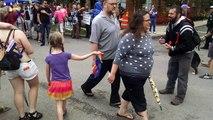 Une fillette tend un drapeau arc-en-ciel à un prêcheur homophobe