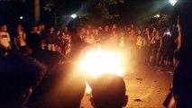 2 débiles sautent au dessus d'un feu en même temps et se percutent : FAIL