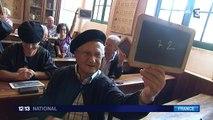Retrouvailles émouvantes entre une institutrice de 92 ans et ses anciens élèves