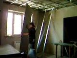 Крепление гипсокартона на потолок в одиночку.