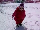 Lilou marche dans la neige
