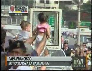 Bomberos colaboraron con los asistentes al recorrido del Papa en Guayaquil