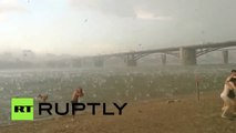 Nieve y granizo en medio del verano azotan una playa en Rusia