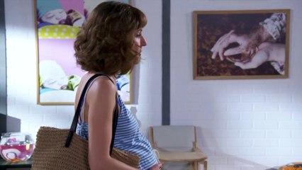 Une femme arrive pour visiter l'appartement des Boher