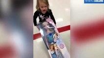 Cette fillette demande à son papa de lui voler la poupée de Frozen... Trop marrant