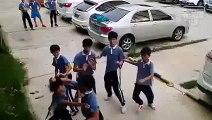 PETORICA NA JEDNOG Pokušali su da ga prebiju, ali su se tako gadno prevarili! (VIDEO)