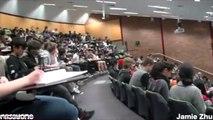 Un étudiant regarde des films X en cours à l'université !