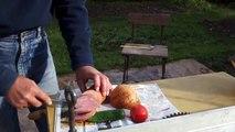 Il planque son couteau et sa vodka dans une pelle de jardin... Pas mal!
