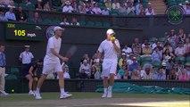 David Beckham attrape une balle de tennis pendant Wimbledon