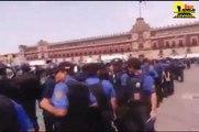 Cientos de policías del GDF rodean el plantón de maestros en el Zócalo del DF