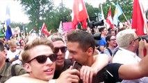 Deux hommes font semblant dtre homosexuels en Russie