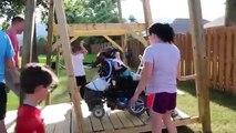 Un papa fait une balançoire pour sa fille handicapée - magique