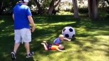 Un papa met son fils KO avec un ballon de foot géant... Oups!