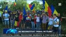 """Au reconstituit """"podul de flori"""", """"Unire!"""", """"Basarabia e România"""" şi """"România n-a avut graniţă la Prut!"""" Asta au scandat astăzi mii de oameni care au trecut Prutul pe jos, reconstituind """"Podul de Flori"""" din 1990."""