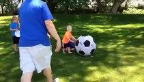 Le papa de l'année joue au foot avec ses enfants