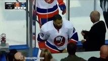 Baston pendant un match de hockey sur glace