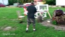 Un taré saute à travers un feu avec une tondeuse à moteur! Cascade de fou