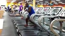 رياضي يرقص على جهاز سير المشي في نادي صحي!