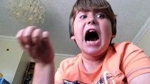 Un jeune mange un piment très très fort et va vite le regretter