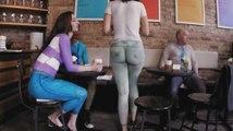 Des personnes rentrent dans un café où tout le monde est nu.
