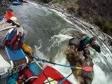 Sauvetage en POV d'une femme et son chien coincés au milieu d'une rivière