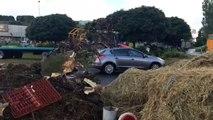 Des agriculteurs en colère bloquent le centre Leclerc de Quimper (Finistère).