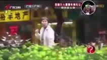 كاميرا خفية صينية ،، واستغراب من ردة فعل شابين مسلمين مع الموقف [فيديو رائع] [فيديو رائع]