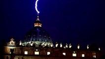Cae Un Rayo Sobre La Basilica De San Pedro En El Vaticano Tras La Renuncia Del Papa Benedicto XVI