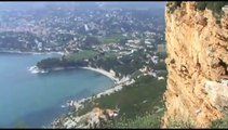 05 La ville de Cassis et ses calanques vue de la mer