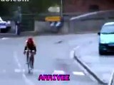 Un Cycliste chute juste avant l'arrivée