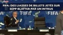 Des liasses de billets jetés sur Sepp Blatter par un intrus à la FIFA