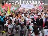 happy dance: 5.000 Streikende tanzen happy in Stuttgart (Pharrell Williams)
