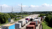 Des éleveurs en colère bloquent le pont de Normandie