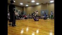 Figure inédite d'un bboy lors d'un battle de breakdance