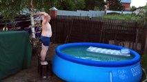 Un plongeon complétement foireux dans une piscine